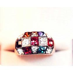 Кольцо золотистого цвета с камнями
